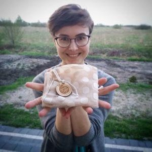 Alicja Żarkiewicz pozuje do zdjęcia z woreczkami na zakupy Pakuję do swojego, które rozdaje
