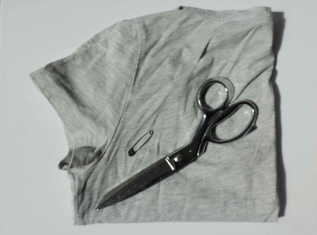 t-shirt nożyczki i agrafka - materiały do zrobienia woreczka na zakupy bez szycia