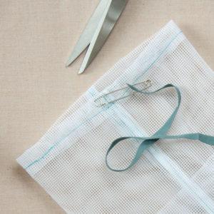 Wciąganie sznurka do woreczka na zakupy