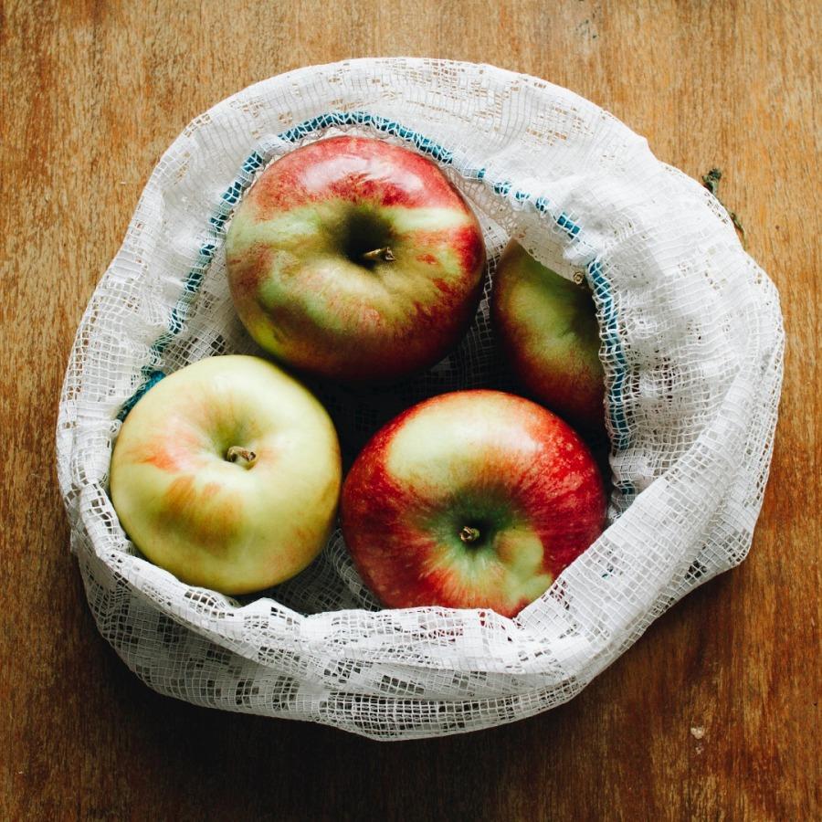 Jabłka w woreczku na zakupy Pakuję do swojego