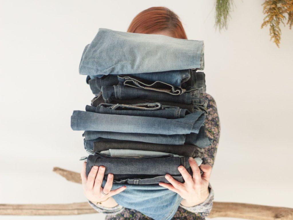Czy warto ratować ubrania? Stos starych jeansów