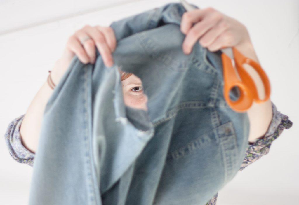 Czy warto ratować ubrania? Naprawa jeansów
