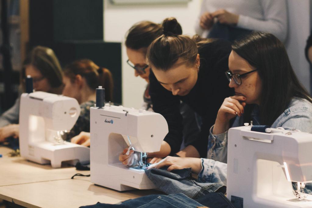 Czy warto ratować ubrania? Upcykling jeansów